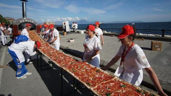 Italiaanse chefs maken een mijl lange pizza in Napels.