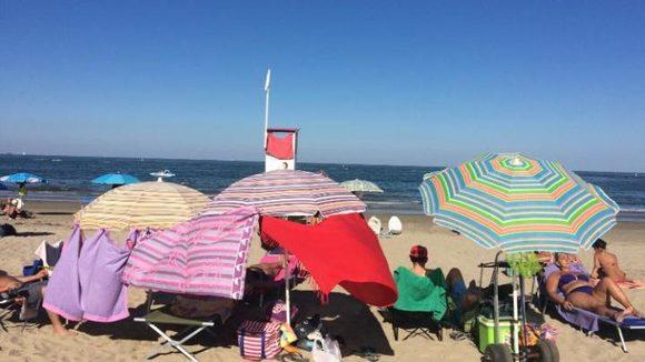 Je handdoek of strandstoel achterlaten op het strand kan je duur te staan komen. De Italiaanse kustwacht heeft er genoeg van.