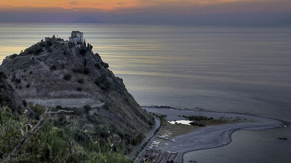 Sicilië   Capo d´Orlando, bepaald géén klassiek uitzicht op zee - Italië met Dolcevia.com